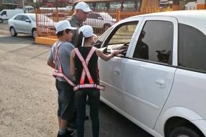 Pedágio educativo com abordagem feita por crianças e policiais